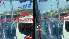 Tranh luận 'nảy lửa' tình huống xe Mercedes không nhường đường xe cứu thương vì sợ phạt nguội