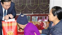 Phó Chủ tịch UBND thành phố Chử Xuân Dũng chúc Tết gia đình chính sách ở Thạch Thất
