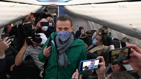 Vừa về tới sân bay, nhân vật đối lập Navalny lập tức bị cảnh sát Nga 'sờ gáy', Mỹ-châu Âu bùng nổ