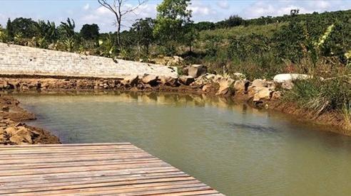 Vụ bé gái tử vong vì rơi xuống hồ nước: Bạn chạy về tìm người lớn ứng cứu nhưng không kịp