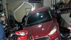Pha lùi xe bất cẩn khiến cả chiếc ô tô nằm gọn trong hàng sửa xe bên đường
