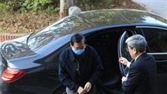 CLIP: Ông Vũ Huy Hoàng xách cặp đi xe Mercedes đến hầu toà