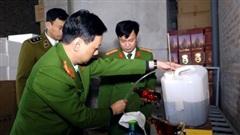 Triệt phá cơ sở sản xuất rượu giả nhãn mác nước ngoài ở Hà Nội