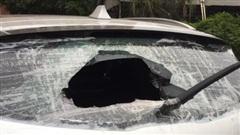 Đỗ ô tô dưới toà nhà khu đô thị Xa La, người đàn ông bị kẻ lạ mặt đập vỡ kính xe