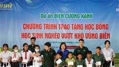 Báo Phụ nữ TP.HCM trao học bổng cho học sinh vùng biên giới