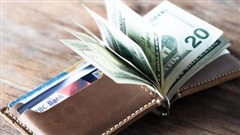 Vô tình đặt ví xuống sàn, cô gái trẻ nhận được bài học 'nhớ đời' về giá trị của đồng tiền