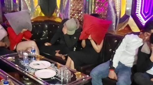 Bắt quả tang 12 nam, nữ 'phê' ma túy trong quán karaoke Thiên Đường