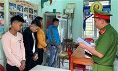 Mâu thuẫn khi đánh bạc, 4 người bị 'bắt cóc', cướp ô tô
