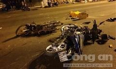 Hai thanh niên vượt đèn đỏ tông xe máy 'kẹp 3' làm 2 người chết