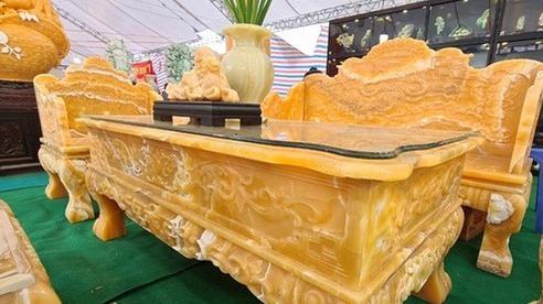 Ngọc quý được mài dũa thành bộ bàn ghế, giá bằng chiếc ô tô hạng sang chờ khách rinh về chơi Tết