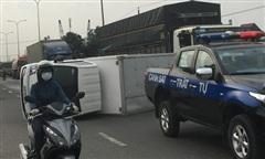 Đồng Nai: Xe tải lật ngang đường Võ Nguyên Giáp, ùn tắc nghiêm trọng