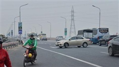Hàng loạt ô tô bất chấp nguy hiểm, biển cấm, ngang nhiên quay đầu trên tuyến đường cao tốc đẹp nhất Hà Nội