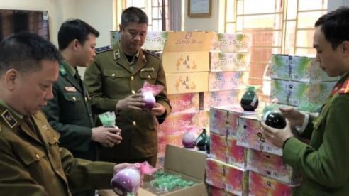 Bắt giữ hơn 1.000 bình rượu trái cây không rõ nguồn gốc ở Lào Cai