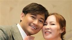 Quý Bình được vợ đại gia 'tháp tùng' đi diễn, nhìn ánh mắt và nụ cười là biết được vợ cưng thế nào!