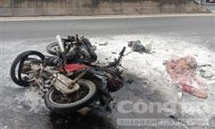 Xe máy tông nhau bốc cháy, 2 người bị thương nặng