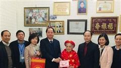 Tặng quà các gia đình chính sáchở quận Long Biên