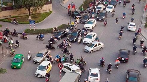 Đoàn xe nối đuôi quay đầu mặc biển cấm, giao thông Hà Nội hỗn loạn