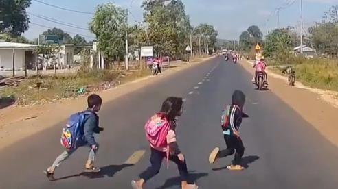 Cú đạp phanh thần tốc của tài xế khi đám trẻ đột ngột băng qua đường