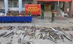 Công an quận Tân Phú tiêu hủy 'kho' vũ khí thô sơ, công cụ hỗ trợ