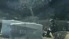 Người đàn ông bí ẩn quỳ gối trước mộ con trai quá cố của Joe Biden khi ông đang tuyên thệ nhậm chức