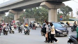 Hà Nội: Sau vụ tai nạn khiến 2 nạn nhân tử vong thương tâm, nhiều người vẫn bất chấp băng qua dòng xe như mắc cửi trên đường Nguyễn Trãi