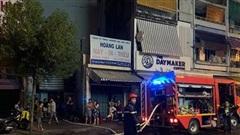 Cháy nhà dữ dội lúc nửa đêm, 7 người mắc kẹt