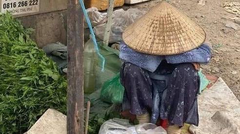 Bức ảnh bà cụ bán rau ngồi bó gối giữa phố Sài Gòn khiến dân mạng cảm động, bất ngờ nhất là hành động của chàng trai chụp hình
