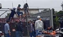 Clip nhóm người kéo đến công trình xây dựng khiến công nhân hoảng sợ