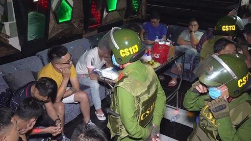 CLIP: Phát hiện 14 nam, nữ thuê phòng karaoke sử dụng ma túy thâu đêm