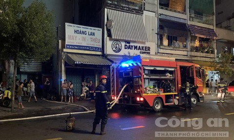 Cảnh sát PCCC TPHCM cứu 7 người kẹt trong đám cháy ra ngoài