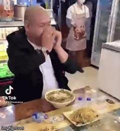 Video: Ngỡ ngàng với cảnh người đàn ông uống nước như nuốt cả chai, chẳng khác nào ảo thuật