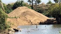 'Cát tặc' hỗn chiến, tranh bãi cát lậu gần UBND xã