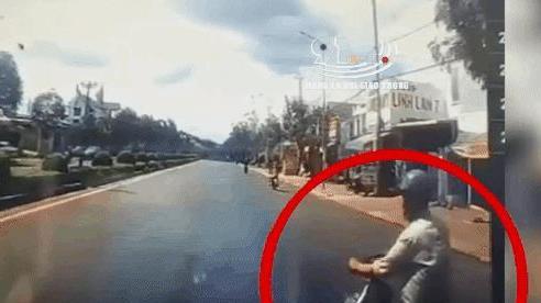 CLIP: Đang 'cà khịa' ô tô gặp ngay CSGT, người đàn ông tăng tốc thông chốt và cái kết ê chề