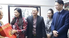 Đồng chí Nguyễn Lan Hương thăm, tặng quà các gia đình chính sách tiêu biểu