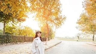 Con đường lá vàng lãng mạn như phim Hàn thu hút giới trẻ Hà Nội đến 'sống ảo'