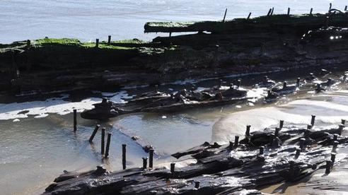 3 'tàu ma' cùng hiện hình trên bãi biển chỉ sau 1 đêm