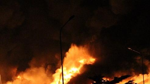 Cháy lớn tại xưởng gỗ ở Bình Dương
