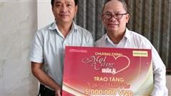 'Mai Vàng nhân ái' thăm nghệ nhân Ngô Minh Phú và NS Phương Anh
