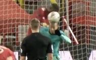 Sao Liverpool né bóng giúp Bruno Fernandes đá phạt thành bàn