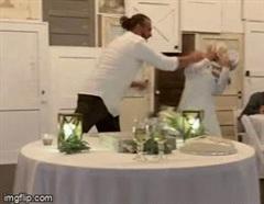 Video: Bị cô dâu quẹt kem vào người, chú rể trả đũa đúng chất 'ăn miếng trả miếng'