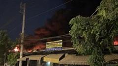 TP HCM: Cháy xưởng vải ở Hóc Môn đang lan rộng