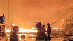 TP.HCM: Cháy kho vải trong đêm, gần trăm chiến sĩ cảnh sát khống chế ngọn lửa