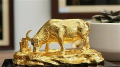 Đại gia chịu chơi chi 65 triệu đồng mua tượng trâu mạ vàng chơi Tết
