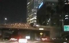 Xe sang Mercedes 'bay' từ cầu vượt xuống đường bốc cháy