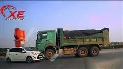 Ô tô tải đi ngược vòng xuyến còn định 'húc' xe con