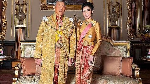 Nhà vua Thái Lan bất ngờ phong hoàng quý phi lên làm hoàng hậu thứ 2