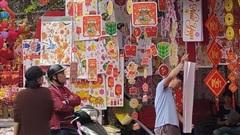 Hà Nội: Tiểu thương phố Hàng Mã tất bật những ngày sát Tết