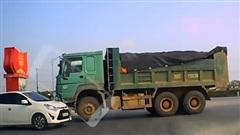 Dân mạng hả hê xem clip ô tô con 'đối đầu' xe tải đi sai phần đường