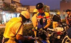 CSGT TPHCM phạt nhiều người đi xe đạp thể dục dàn hàng, vượt đèn đỏ