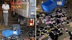 Xe tải tông nhau khiến hàng trăm chiếc iPhone nằm la liệt trên đường, rất may không có ai 'hôi của'